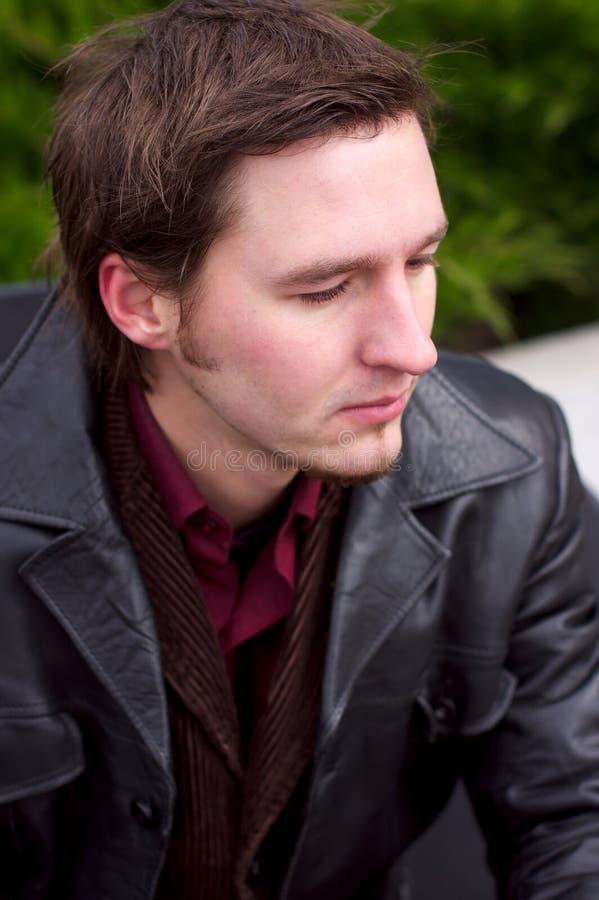 严重有胡子的英俊的夹克人的纵向 图库摄影