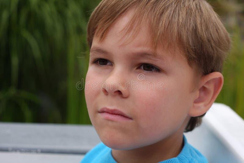 严重男孩的纵向 库存照片