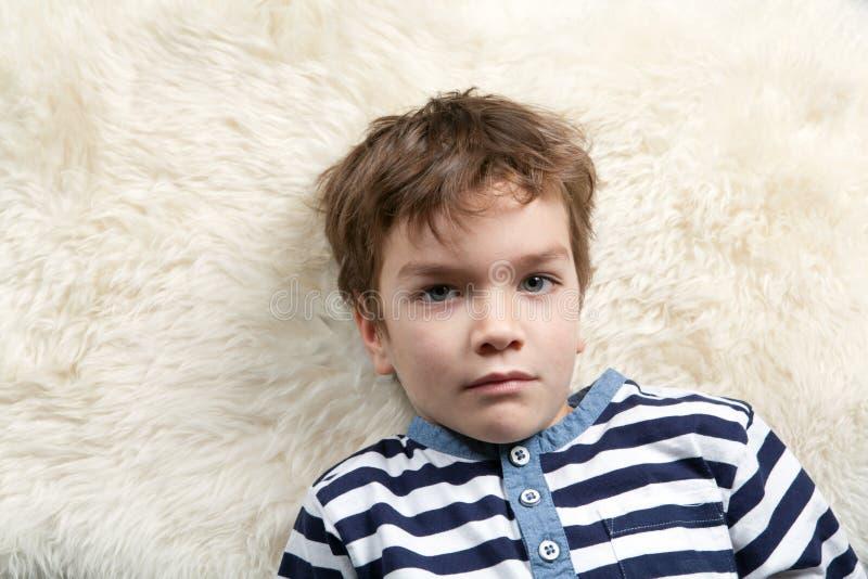严重男孩的纵向 免版税库存图片