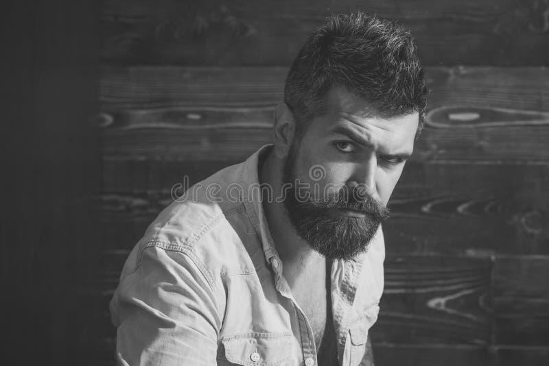 严重的人 有非常有趣的神色的有胡子的人 免版税图库摄影