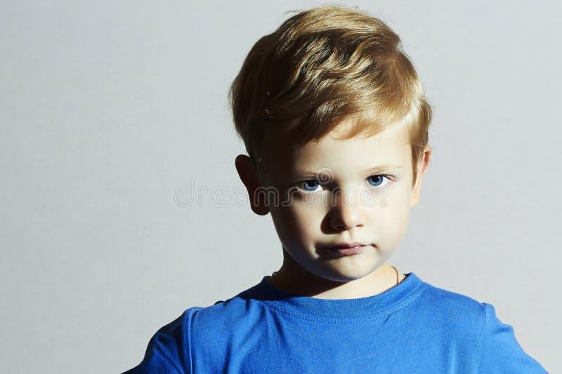 严重的子项 滑稽的有蓝眼睛的儿童小男孩 儿童情感 库存照片