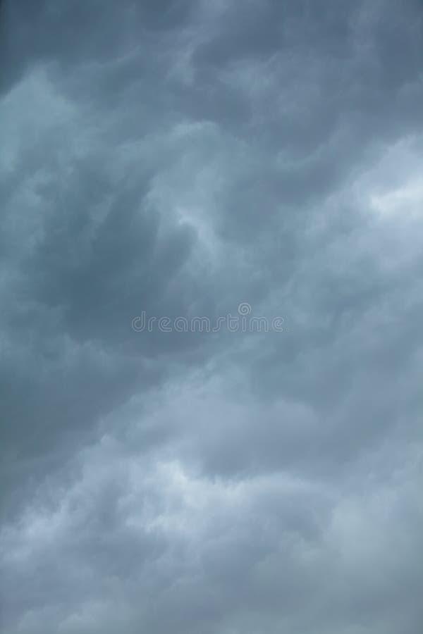 严重的cloudscape 在天空的风雨如磐的云彩 免版税库存照片