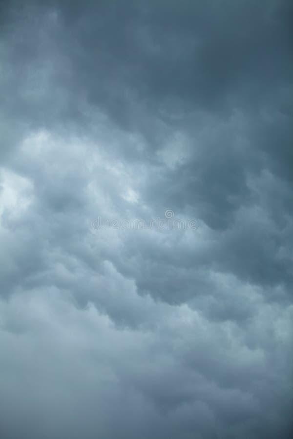严重的cloudscape 在天空的风雨如磐的云彩 免版税库存图片