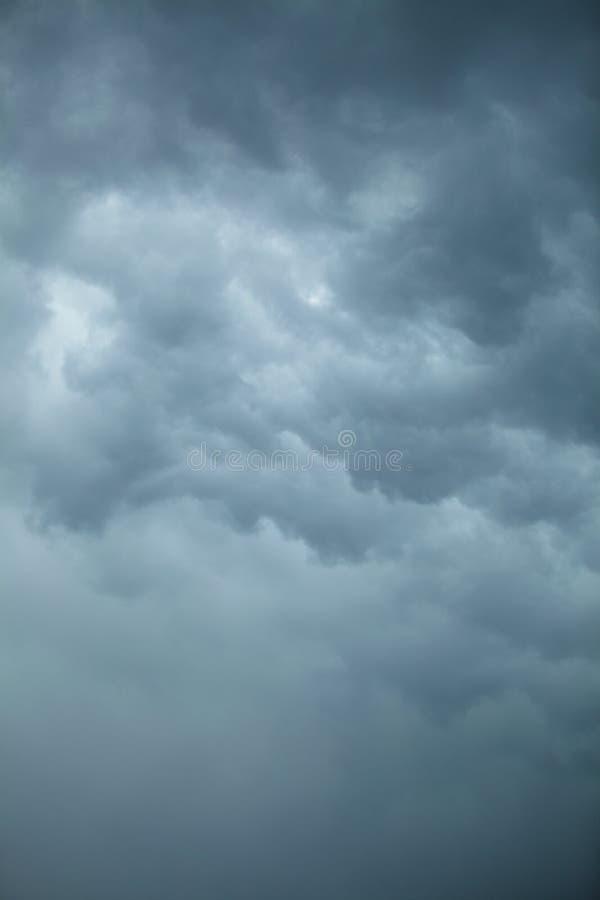 严重的cloudscape 在天空的风雨如磐的云彩 图库摄影
