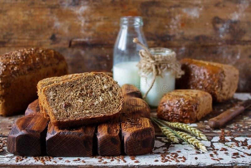 整个与拉伊、燕麦和亚麻籽的五谷未经发酵的有机面包 免版税库存图片