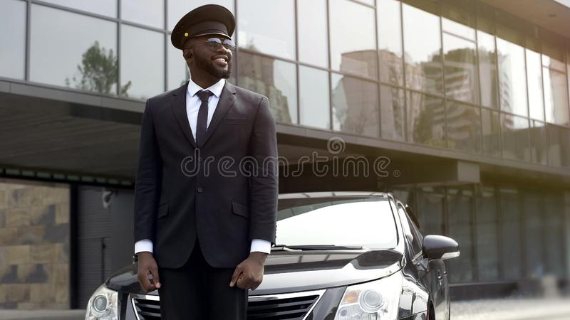 个人上司司机等待的到来在机场,调动服务 免版税图库摄影