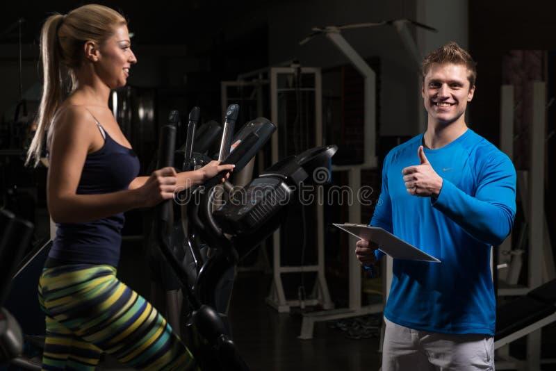 个人教练员和客户健身房的 库存照片