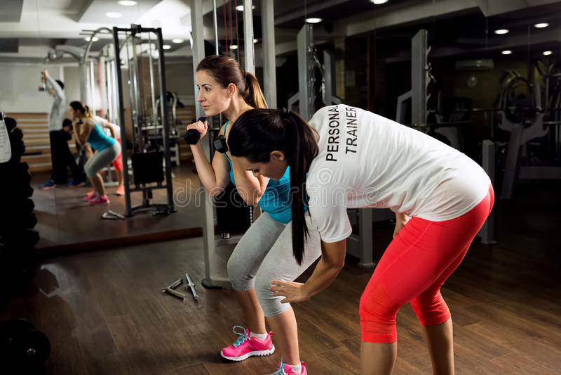 个人教练员锻炼和展示怎么对锻炼训练 库存照片