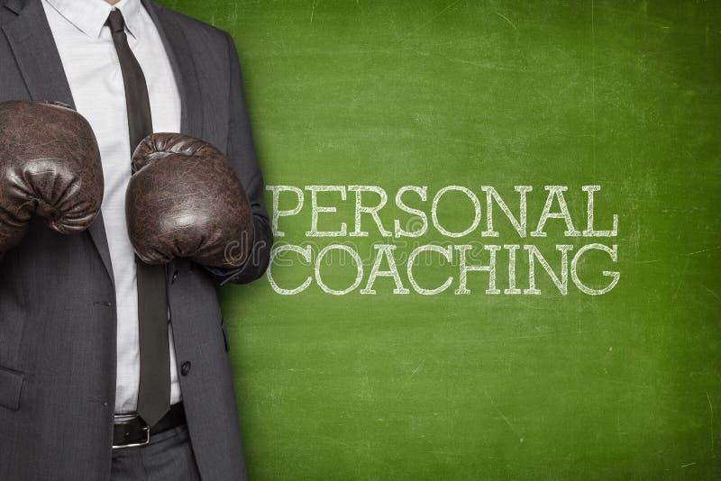 个人教练在有商人的黑板 免版税库存照片