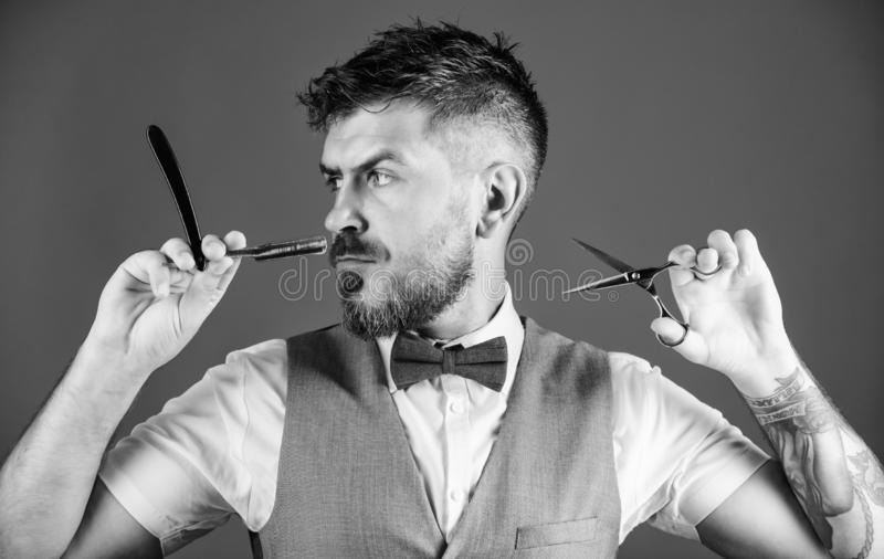 个人照料 刮刀片的有胡子的成熟行家举行 领带的不剃须的理发师 完善的胡子 o 库存图片