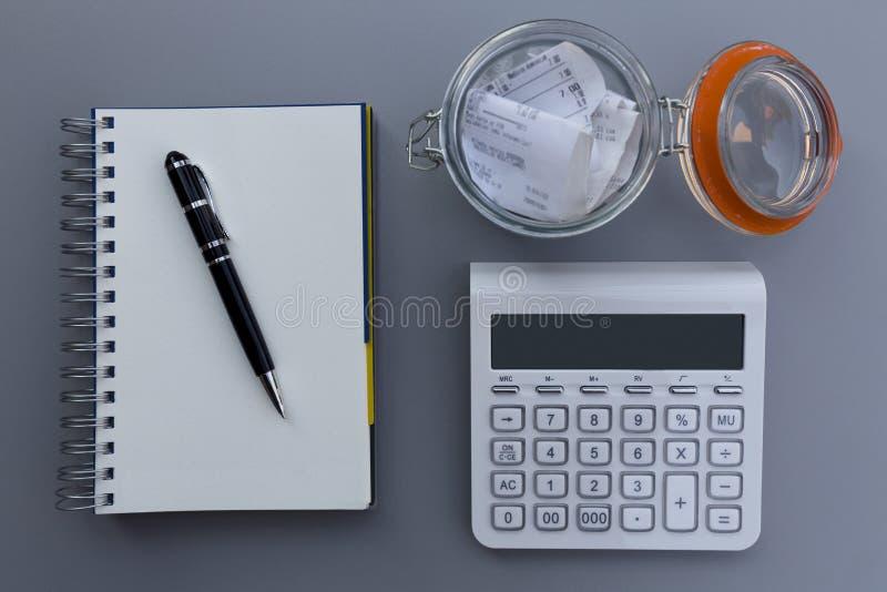 个人经费和费用平衡演算概念,在Th的笔 免版税图库摄影