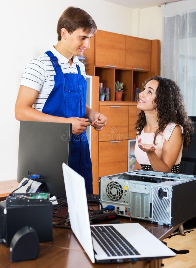 个人计算机工程师与缆绳一起使用 免版税库存照片
