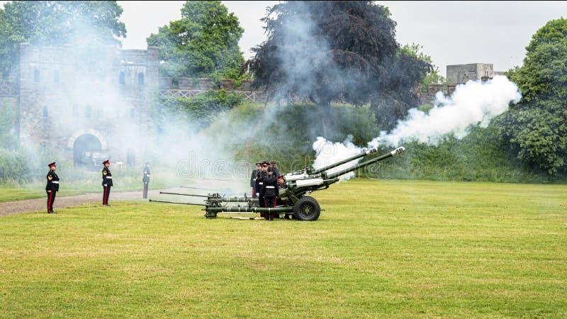 104个军团皇家火炮火21礼炮致敬 免版税库存照片