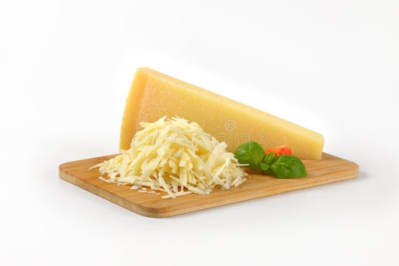 整个和被磨碎的帕尔马干酪 免版税图库摄影