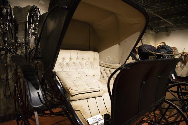 1898个夫人敞蓬旅游车用马拉的支架 免版税库存照片