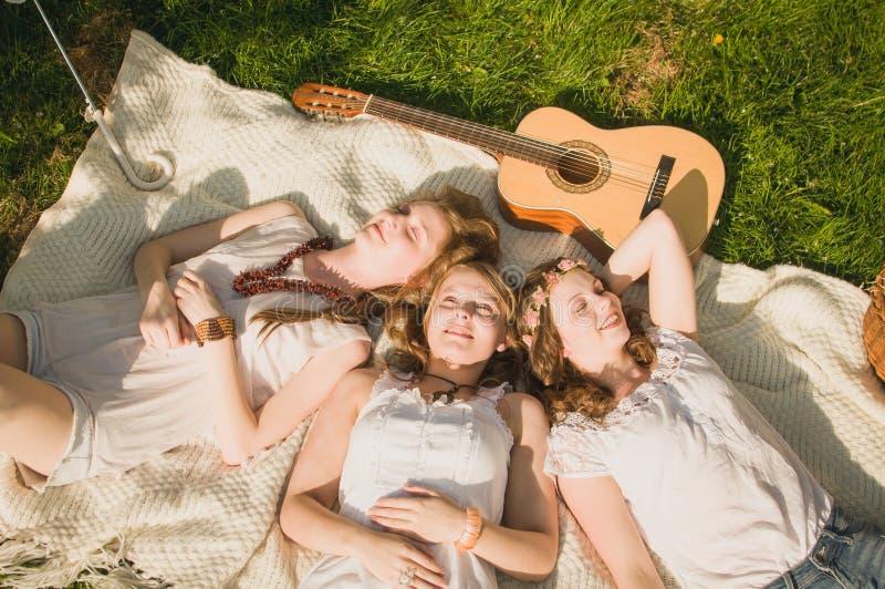 3个女朋友休息 免版税库存图片