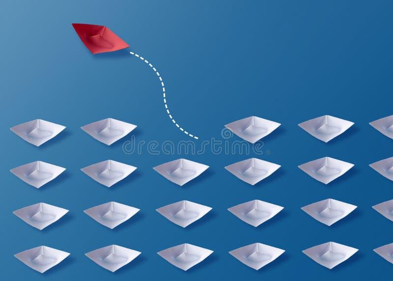 个性是另外概念、红色Origami纸小船和白色小船 免版税库存图片