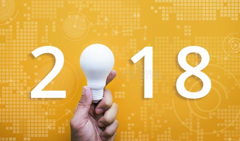 2018个想法创造性概念用拿着电灯泡的人的手 免版税库存照片