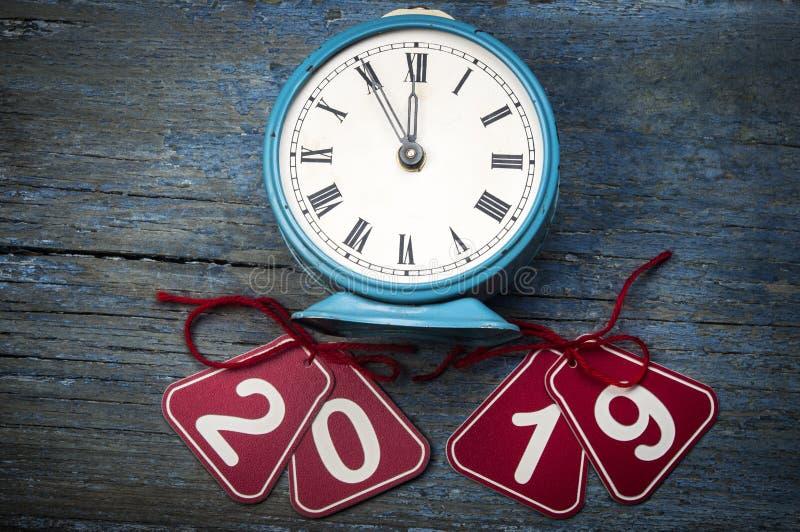 2019个新年和闹钟在蓝色木桌上与拷贝空间 免版税库存图片