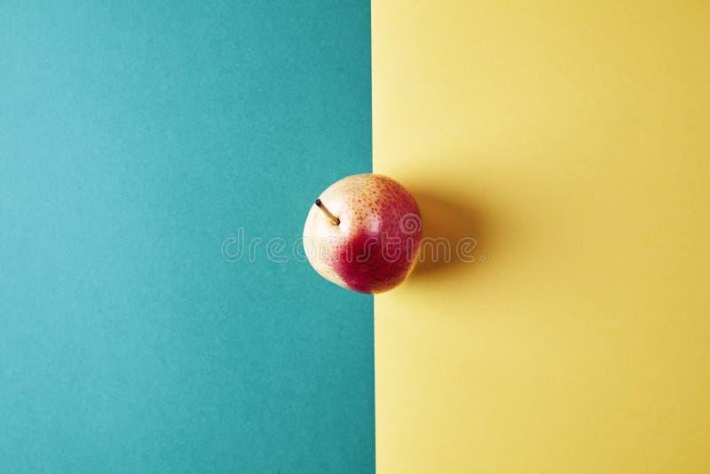 整个新鲜的成熟梨,果子视图从上面在绿色黄色背景,现代样式食物图片,墙纸设计 免版税库存照片