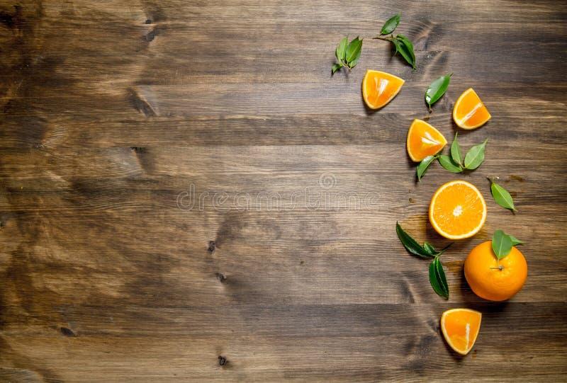 整个新鲜的桔子,裁减和叶子 图库摄影