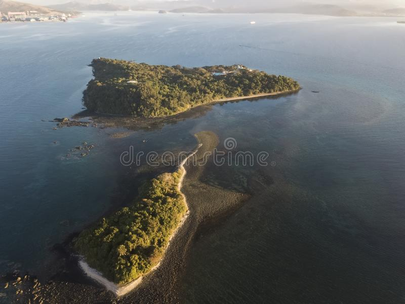 2个有树的小海岛盖子寄生虫视图  免版税库存图片