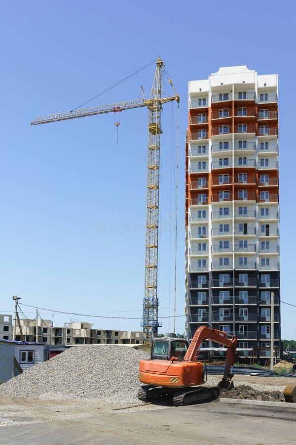 16个楼层新的公寓的建筑在街道西部旁路的在克拉斯诺达尔 壁板式构造— 免版税库存照片
