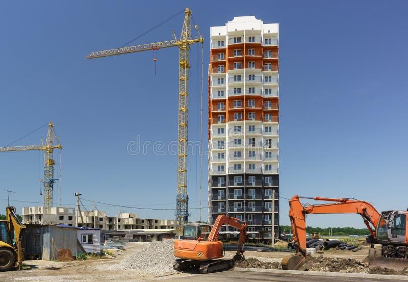16个楼层新的公寓的建筑在街道西部旁路的在克拉斯诺达尔 壁板式构造 库存图片