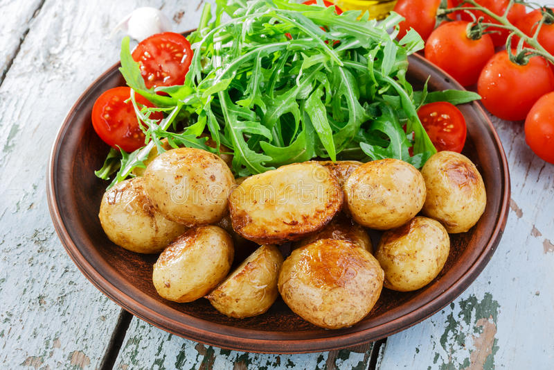 年轻整个被烘烤的土豆 免版税库存照片