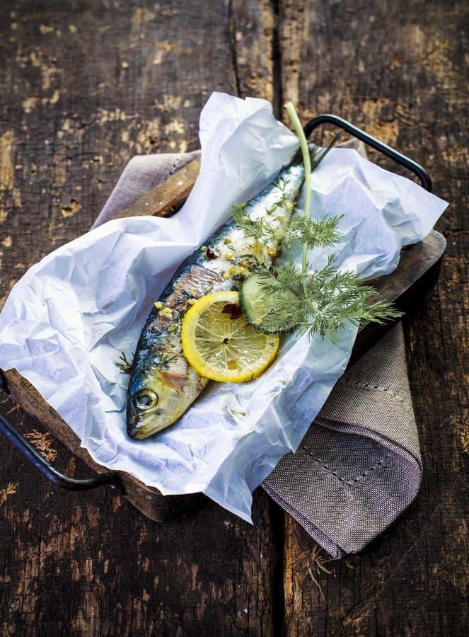 整个被烘烤的鱼可口海鲜晚餐  免版税库存照片