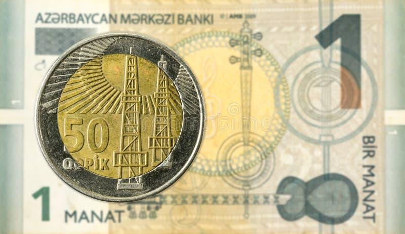 50个阿塞拜疆人反对1张阿塞拜疆马纳特钞票的qepik硬币 库存照片