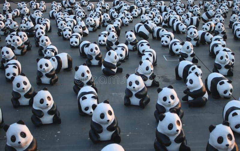 1600个Pandas+ TH,代表1,600只熊猫和提高在conserv的了悟的纸mache熊猫 库存照片
