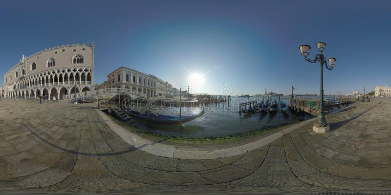 360个VR江边和盐水湖有停泊在威尼斯,意大利的长平底船的 库存照片