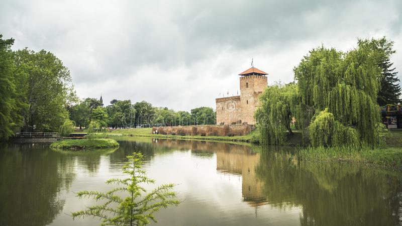 中世纪久洛城堡和本营 免版税库存图片