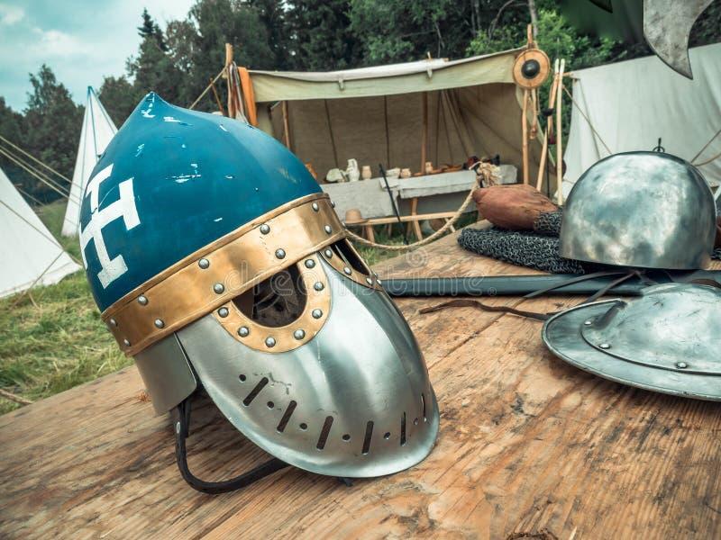 中世纪场面 中世纪骑士属性是盔甲,锁子甲,盾小圆盾,剑,戟 中世纪生活的重建 免版税库存照片