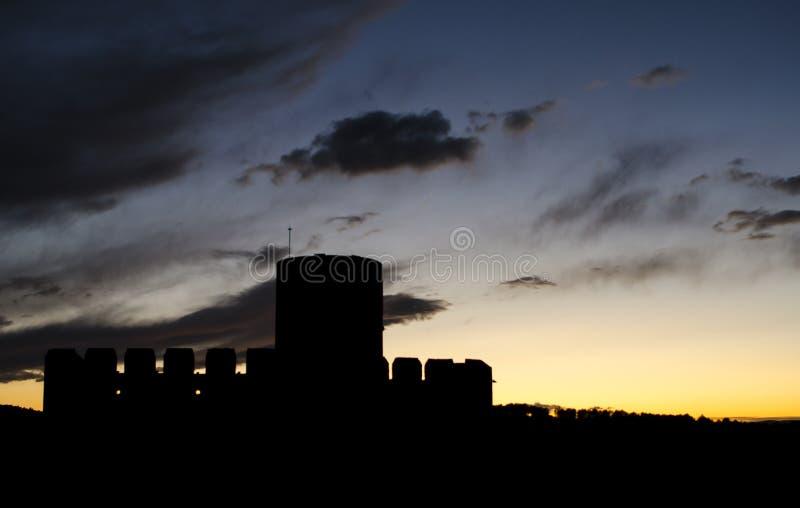 中世纪城堡剪影在卡斯特列蒂拉戈尔纳尔的日落的 免版税库存照片