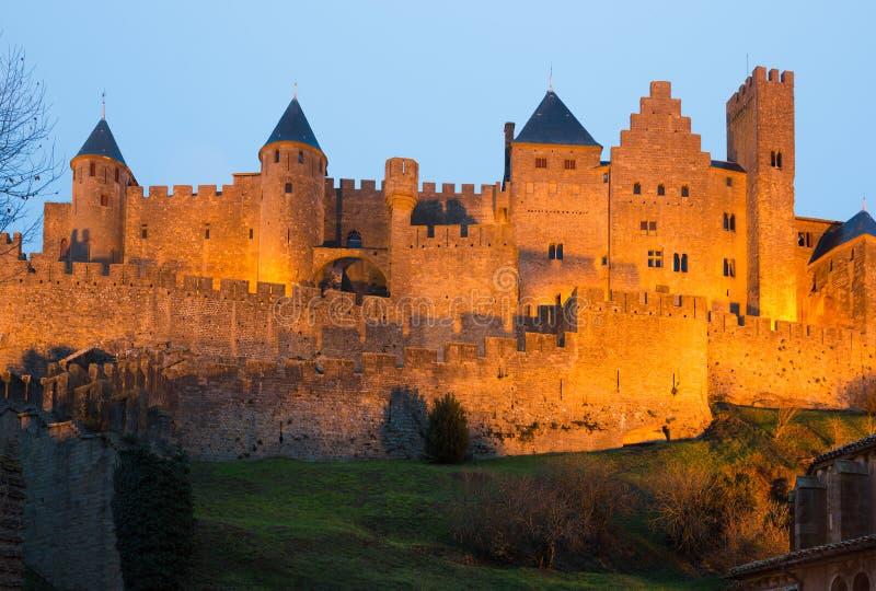 中世纪城堡在卡尔卡松在微明下 免版税图库摄影