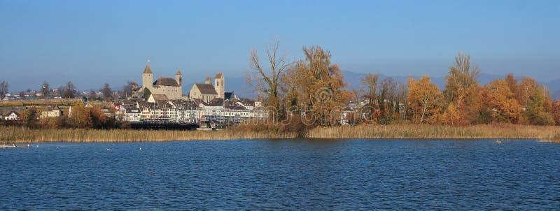 中世纪城堡在拉珀斯维尔,瑞士 五颜六色的树和b 免版税图库摄影