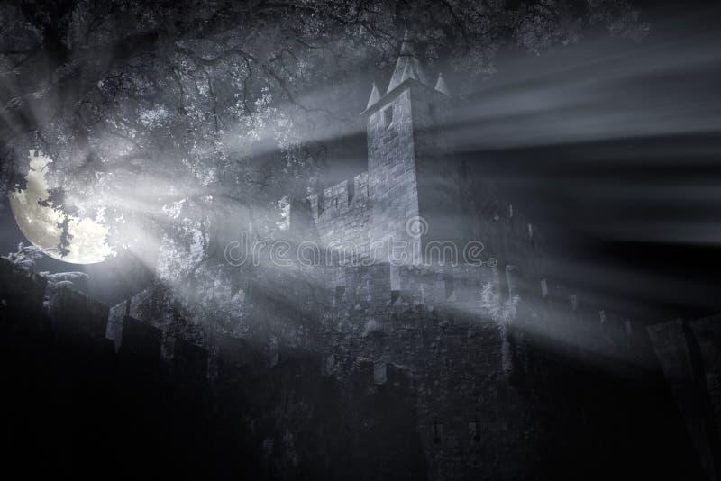 中世纪城堡在晚上 免版税库存图片