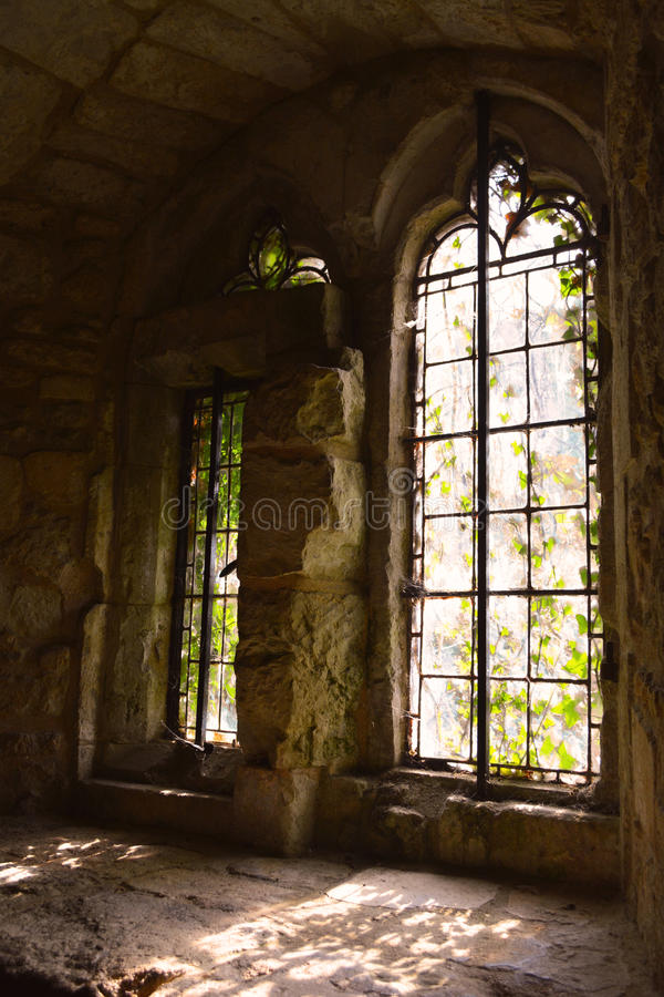 中世纪城堡在秋天, Carisbrooke城堡,纽波特,怀特岛郡,英国老大哥特式窗口  免版税库存图片