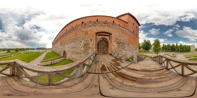 中世纪城堡外部在与蓝天的夏天 3D有360度视角的球状全景 为真正准备关于 库存图片