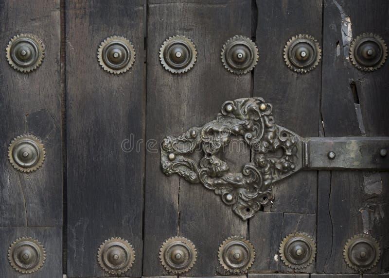 中世纪城堡的古老门 免版税库存照片