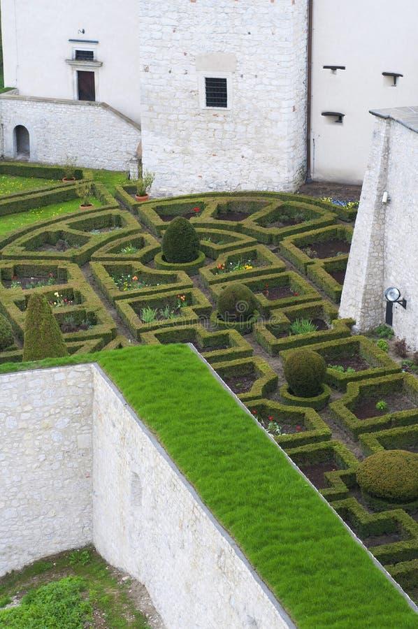 中世纪城堡的规则式园林. 几何, 小径.图片