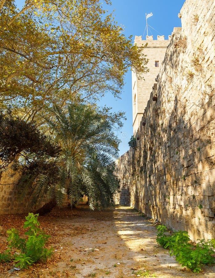 中世纪城堡骑士,烈士,罗得岛海岛,希腊老镇堡垒本营视图  免版税图库摄影