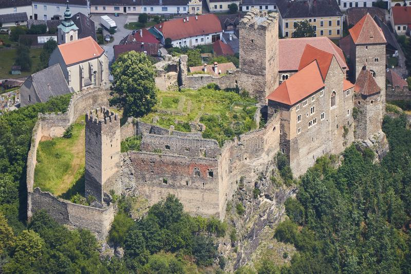 中世纪城堡Hardegg空中特写镜头视图在奥地利 库存图片