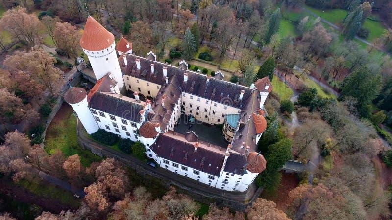 中世纪城堡Konopiste鸟瞰图在捷克共和国,寄生虫视图的 库存图片