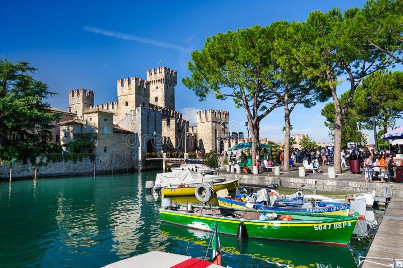 中世纪城堡Scaliger在湖的Lago di加尔达,北意大利老镇西尔苗内 免版税图库摄影