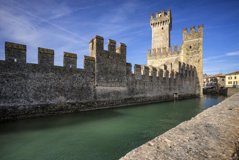 中世纪城堡Scaliger在老镇西尔苗内 免版税库存照片
