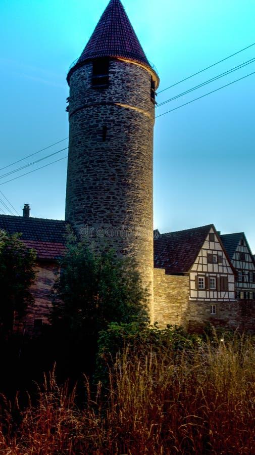 中世纪城楼和半干材房子和黄昏在weil der stadt 免版税库存照片