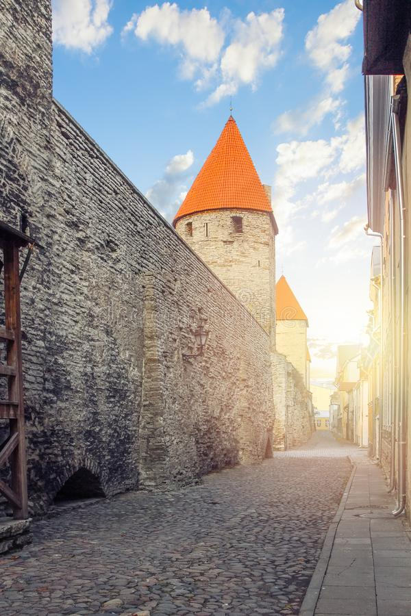 E 中世纪堡垒墙壁在老镇 库存图片
